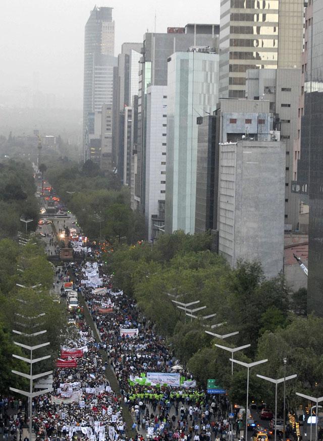 Decenas de miles de personas piden en México un cambio de rumbo económico en época de crisis