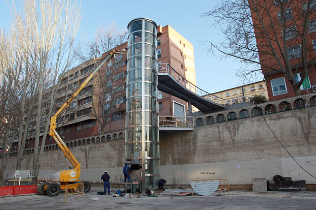 Un nuevo ascensor une desde hoy las calles Monasterio de Irache y Monasterio de Fitero, en Pamplona