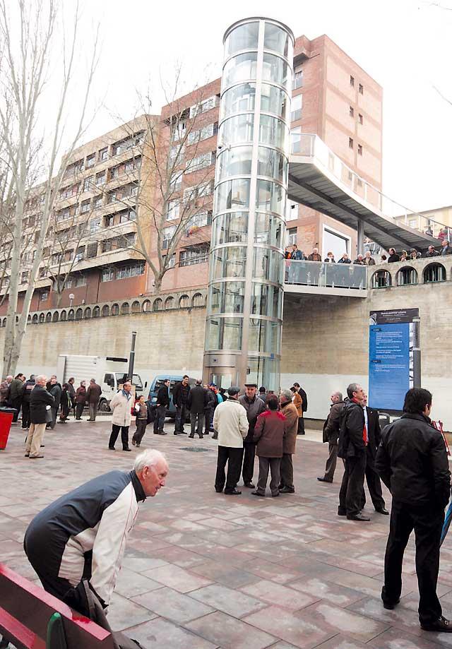 Cientos de vecinos asisten a la inauguración del nuevo ascensor de San Juan