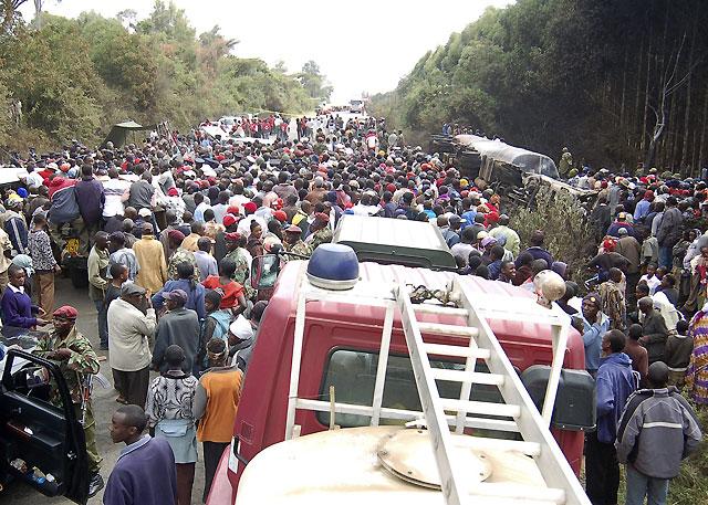 Al menos 111 muertos y 200 heridos al explotar un camión cisterna en Kenia