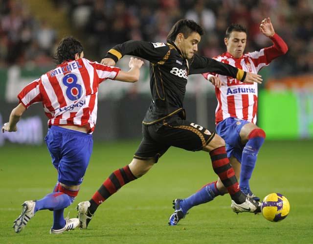 El Sporting aguanta una hora con un hombre menos y derrota al Sevilla (1-0)