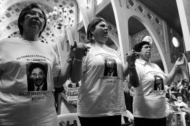 Las FARC liberaron a tres policías y un militar secuestrados en 2007