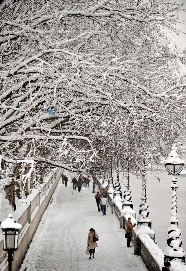 Los aeropuertos británicos recuperan la normalidad tras la nevada, aunque con retrasos