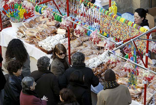 Los pamploneses bendicen sus roscos y dulces en la festividad de San Blas