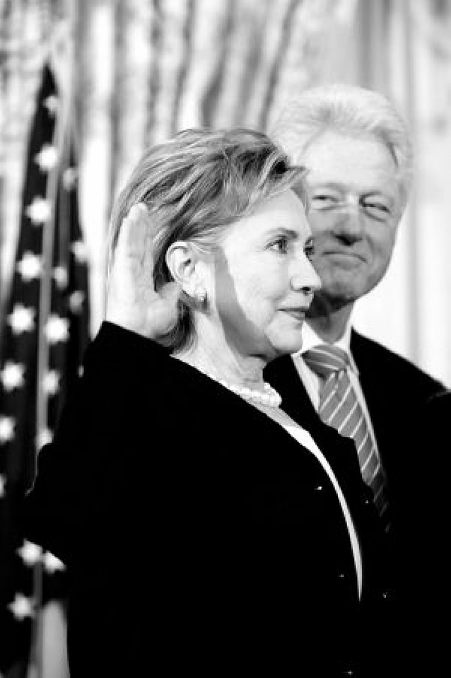 Hillary Clinton jura el cargo de secretaria de Estado acompañada de su marido