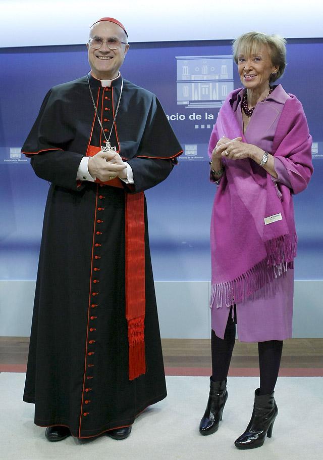 El Gobierno defiende su reforma de la ley del aborto ante Bertone e invita al Papa a visitar España