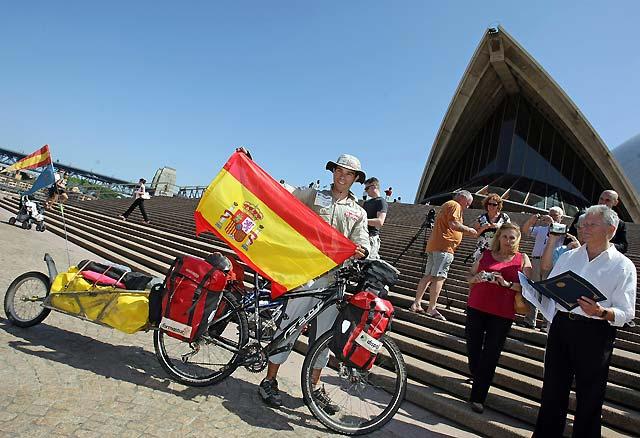 El ciclista asturiano Juan Menéndez Granados llega a Sídney tras cruzar Australia en diagonal