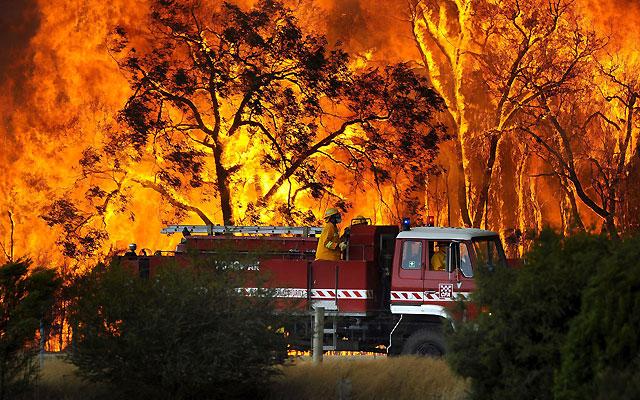 Los bomberos tratan de apagar los fuegos que amenazan Sidney y Melbourne