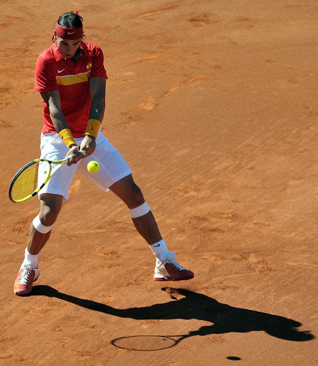 Nadal arrolla a Tipsarevic y deja la eliminatoria a un punto