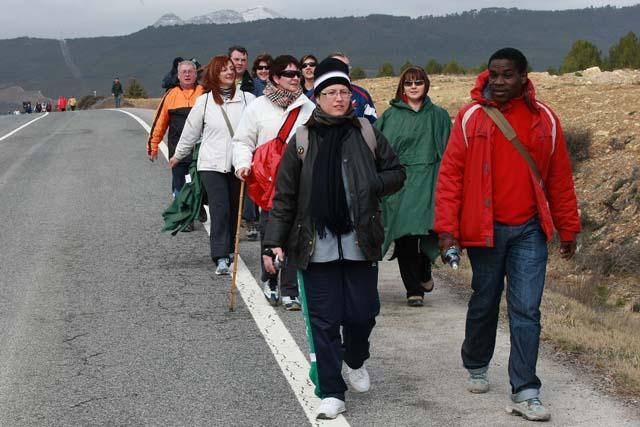 El arzobispo departió con los peregrinos en el recorrido