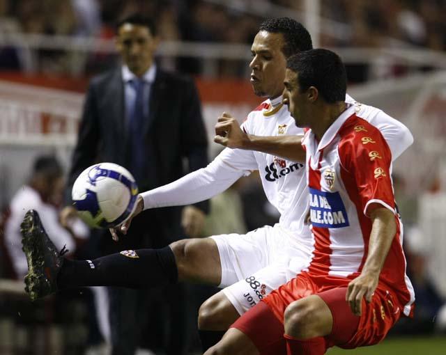 El Sevilla hizo olvidar el fiasco de Bilbao aunque al final acabó pidiendon la hora (2-1)