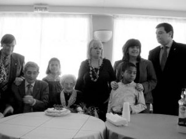 Luisa Pérez Escudero celebra en la residencia de Lumbier sus 100 años de vida