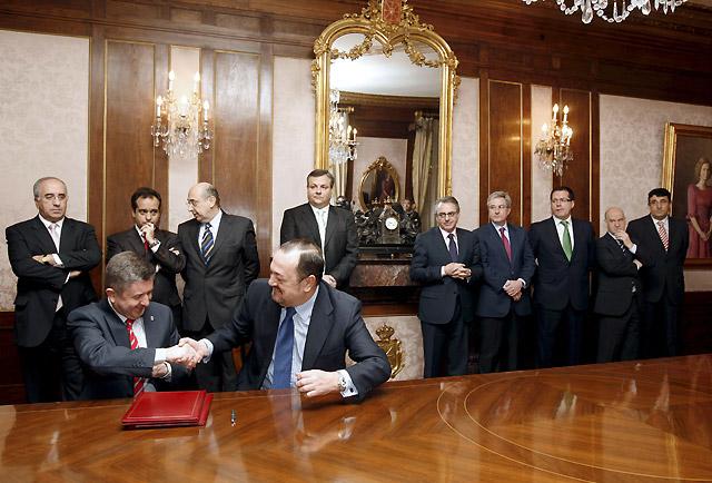 El Gobierno foral firma con 8 bancos avales para 909 millones en créditos