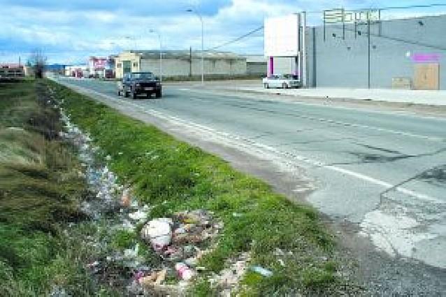 Piden a una discoteca que retire la basura acumulada en su exterior