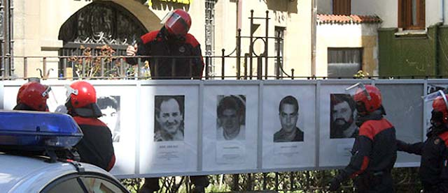 La Ertzaintza retira las fotografías de presos de ETA exhibidas en Mondragón