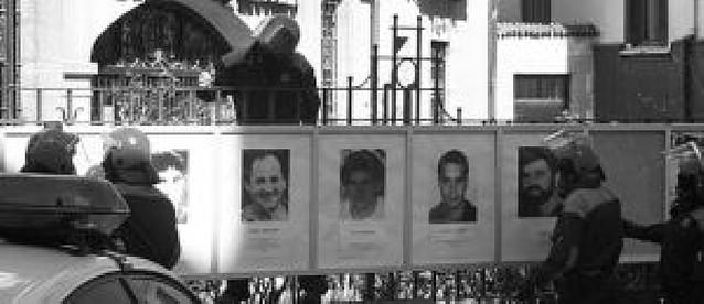 "La ""Ertzaintza"" retira en Mondragón las fotos del ""muro de la vergüenza"""