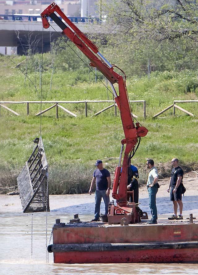 Buscan el cuerpo de Marta del Castilo en el río con un rastrillo especial de dos metros