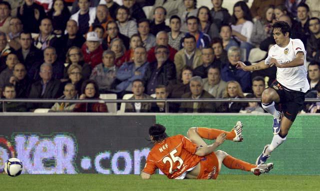 La pegada de Huntelaar y los pases de Sneijder permiten al Real Madrid dormir a tres puntos del FC Barcelona