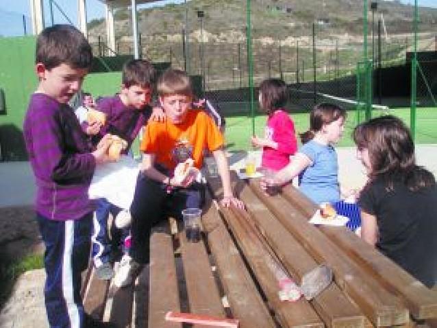 Manos infantiles para reforestar Ayegui