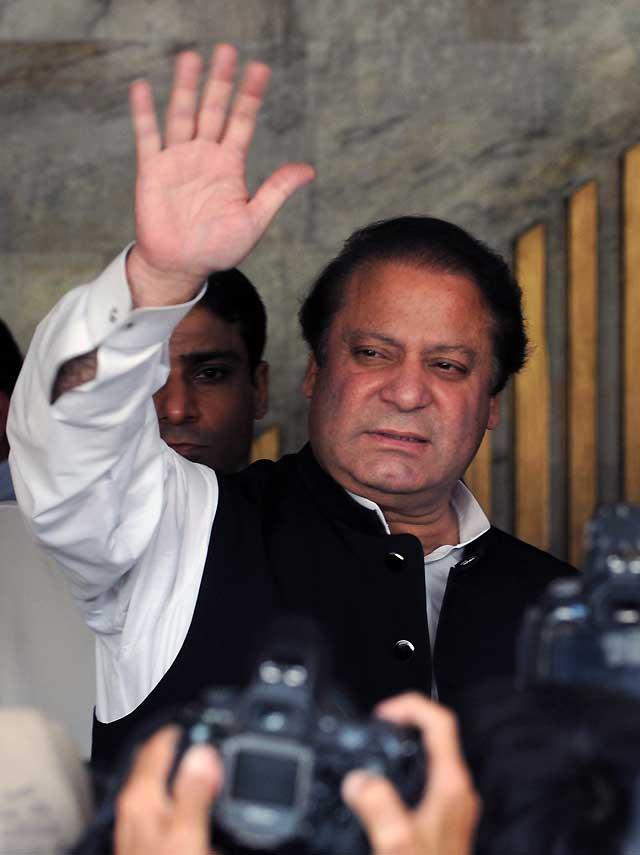 """Sharif """"desafía"""" la orden de arresto y lidera una protesta multitudinaria en Lahore"""