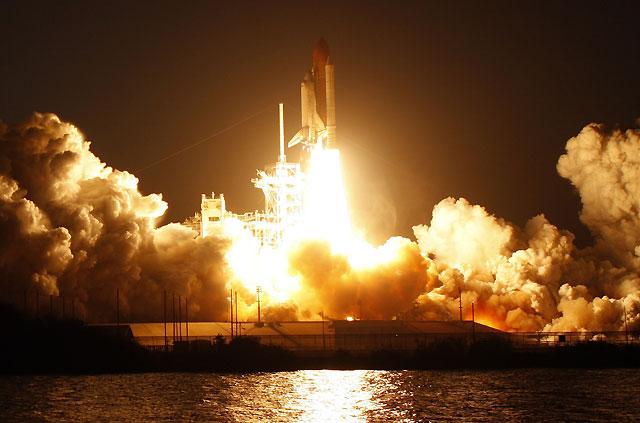 El 'Discovery' consigue despegar con más de un mes de retraso después de seis intentos