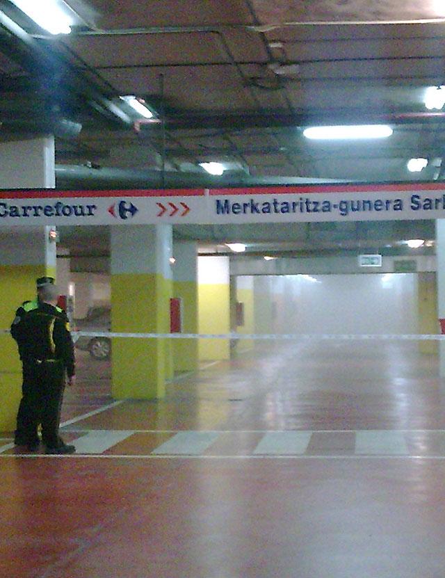 Cuatro intoxicados por humo tras incendiarse un vehículo en el garaje del Carrefour de Pamplona