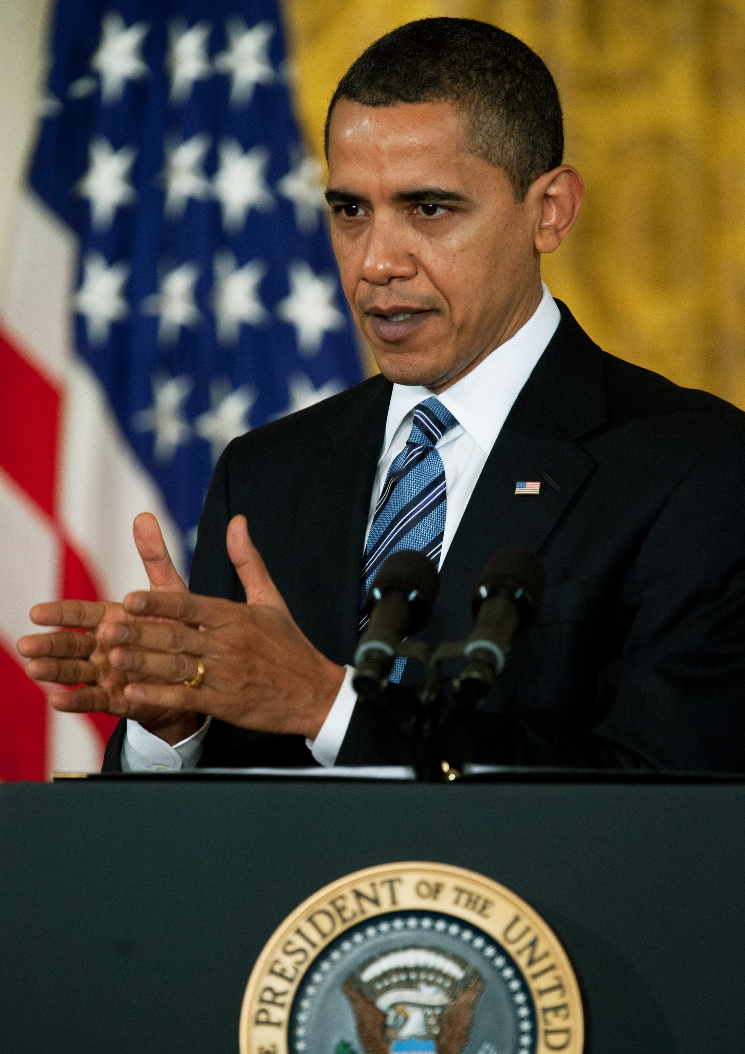 """Obama dice que el pago de bonificaciones a los directivos de AIG es """"indignante"""""""