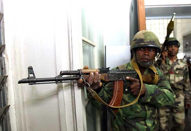 Efectivos del Ejército entran por la fuerza en el palacio presidencial de Madagascar