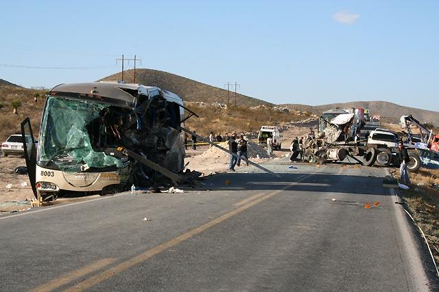 Un choque entre un autobús y un camión causa 12 muertos en el norte de México