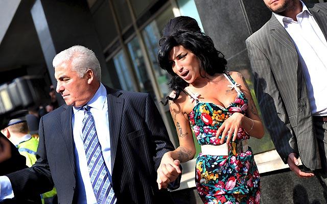 Amy Winehouse niega haber golpeado a un fan