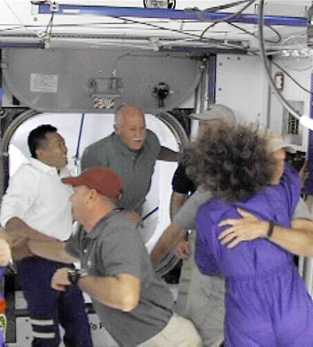 El 'Discovery' se acopla a la Estación Espacial Internacional