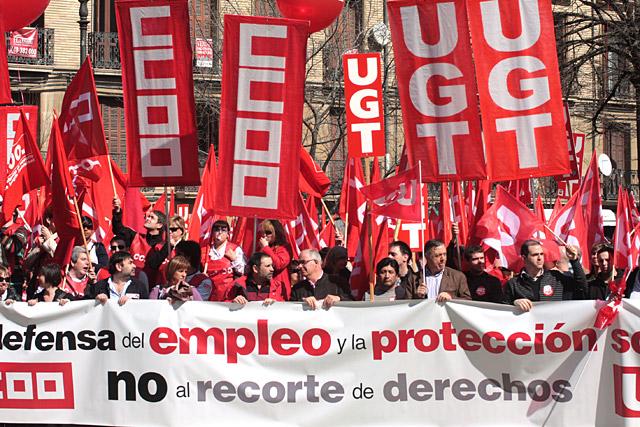 Delegados de UGT y CCOO se concentran ante el Parlamento de Navarra