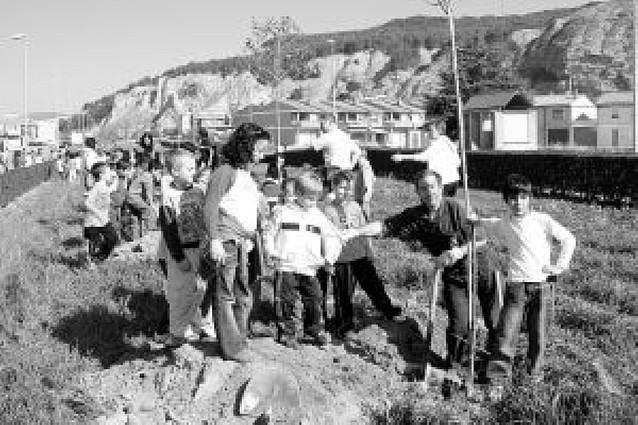 Los niños de Azagra repueblan el polígono con 45 nuevos árboles