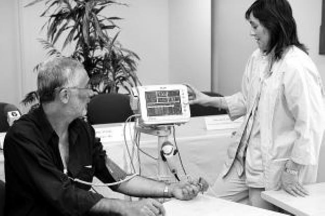 Un monitor mide automáticamente la tensión, temperatura y pulso en pacientes ingresados