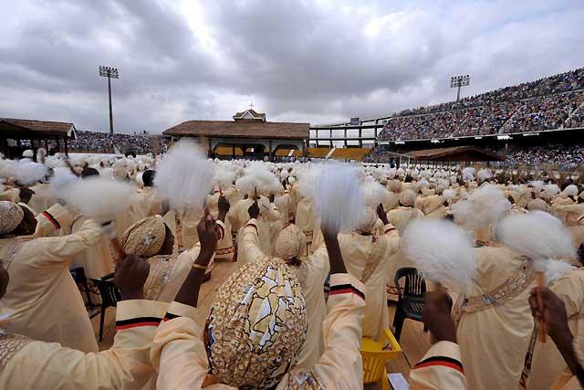 El Papa alerta de los inmorales que buscan el reino del dinero en África