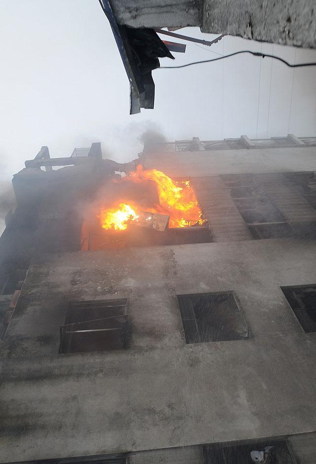 Siete personas mueren tras estrellarse un avión militar contra dos edificios en Quito