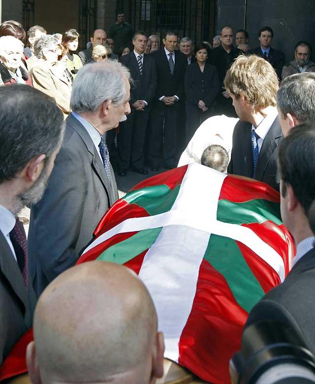 Cientos de personas visitan la capilla ardiente de Gorka Agirre en Bilbao