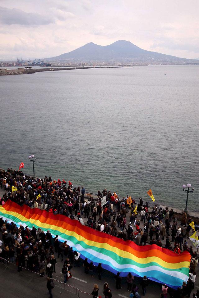 Miles de personas se manifiestan en Nápoles contra la mafia