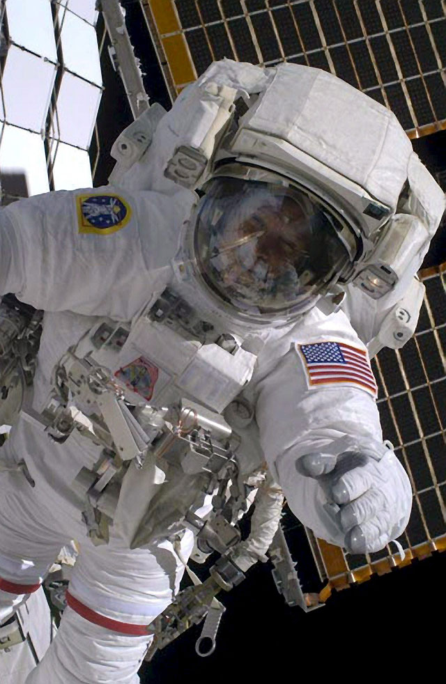 Los astronautas de la IIE comienzan una caminata espacial