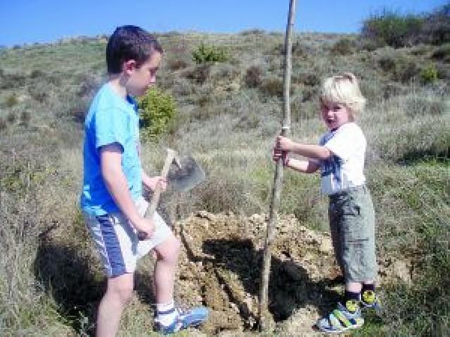 Los niños de Yerri repueblan la orilla de Alloz