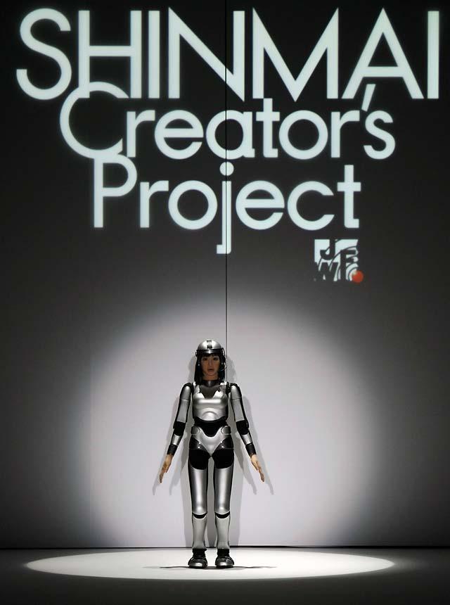 La robot nipona debuta sin ropa en la Semana de la Moda de Tokio