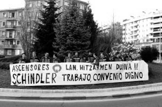 EMPLEADOS DE SCHINDLER EXIGEN SU PAGA DE BENEFICIOS