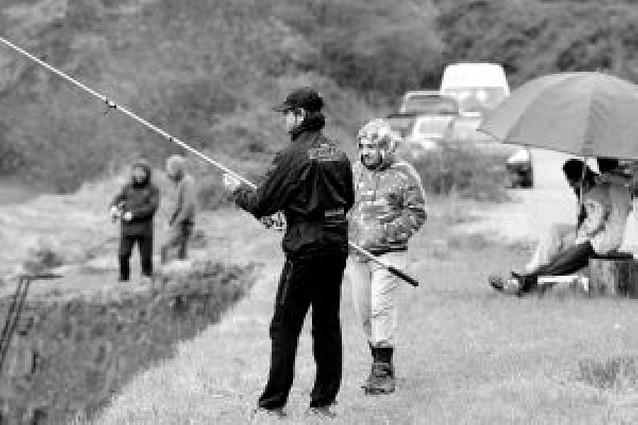 Los pescadores censuran la apertura de la veda del salmón en día de labor