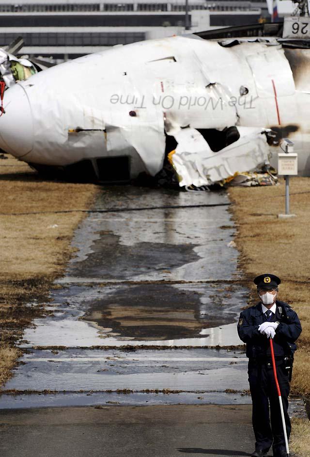 Dos muertos al estrellarse un avión de carga en Tokio