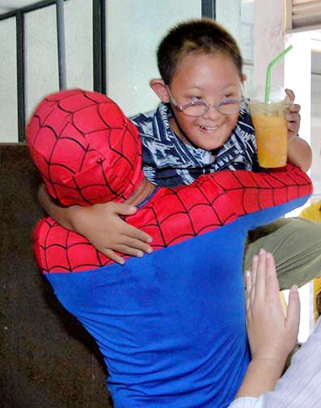 Un bombero se viste de Spiderman para rescatar a un niño autista en Tailandia