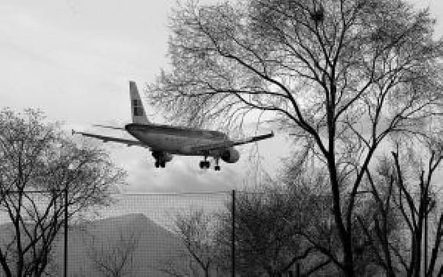 Un pasajero interfiere con su móvil en el aterrizaje de un avión en Noáin