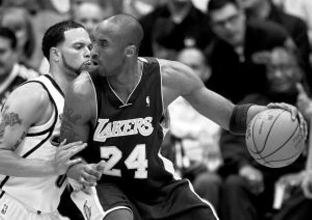 Kobe Bryant guía a Los Angeles Lakers en Utah