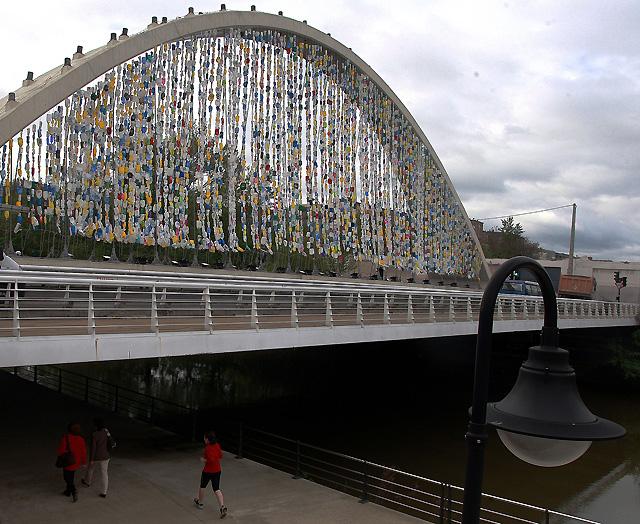 """Una """"Cortina Multicolor"""" de 60.000 envases en el puente de las Oblatas para promover el reciclaje"""