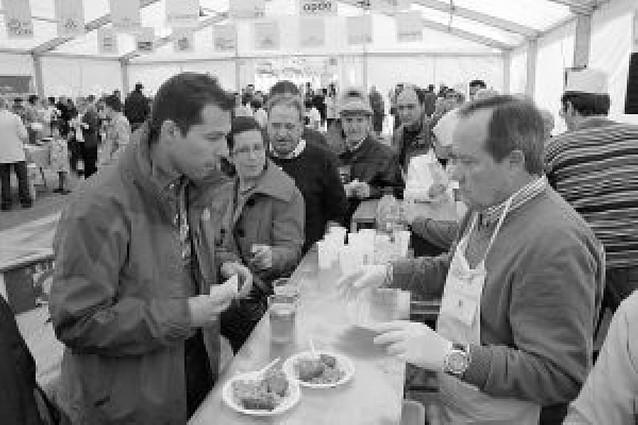 Una desgustación de migas, chistorra y fritos reúne a más de 500 personas