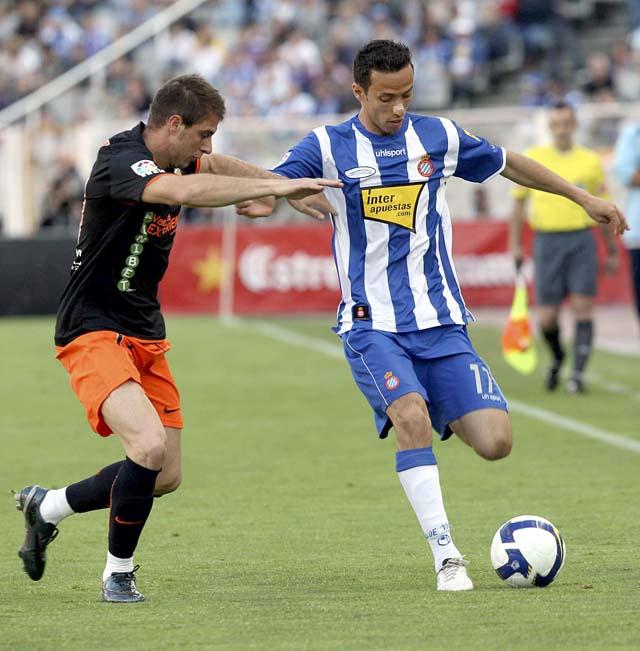 El Espanyol acaricia la permanencia y frena al Valencia